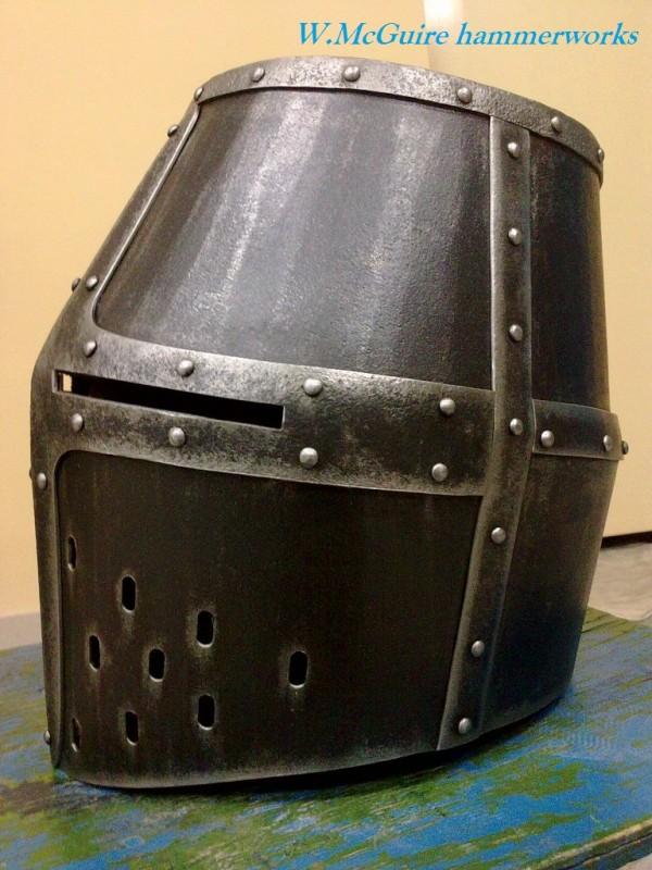 Английский рыцарский шлем tophelm середины XIIIв.