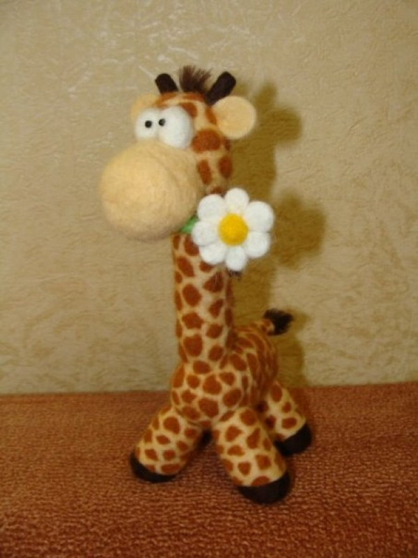 Жираф с ромашкой