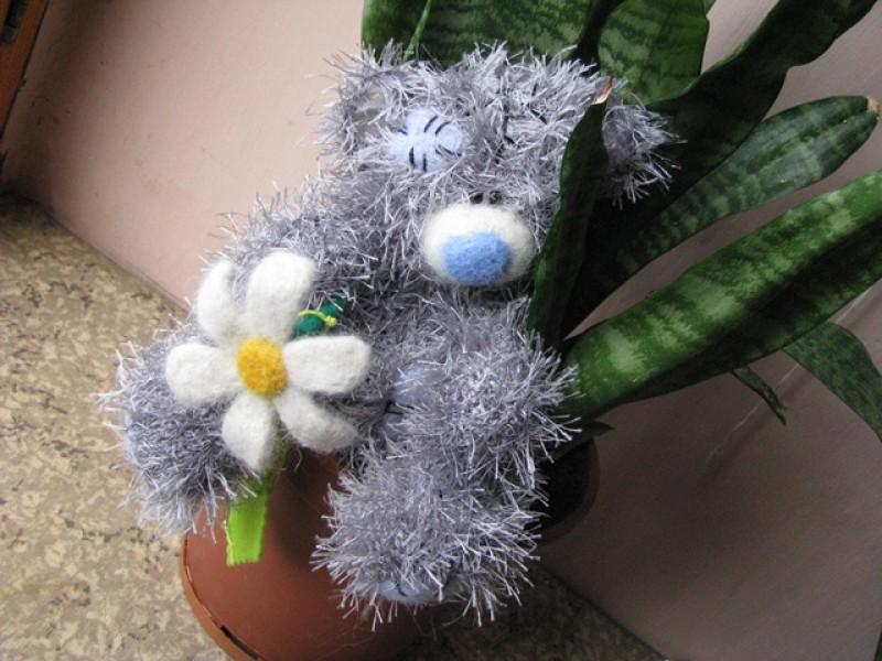 Вязаный мишка с ромашкой