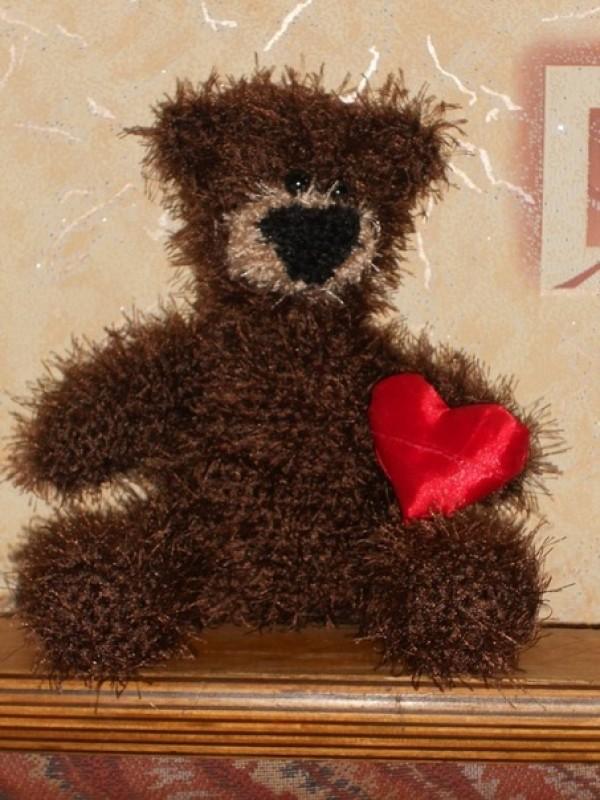 Авторская вязаная игрушка Влюбленный медвежонок