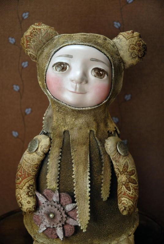Малыш в костюме мишки Румяный март