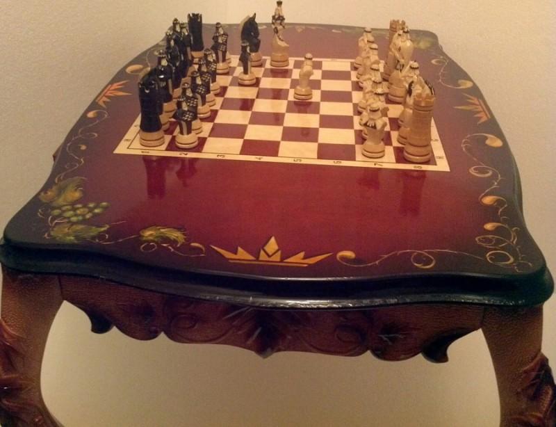 Шахматный стол с шашками.