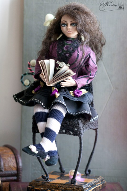 Девочка, которая читала книгу Алиса в стране Чудес