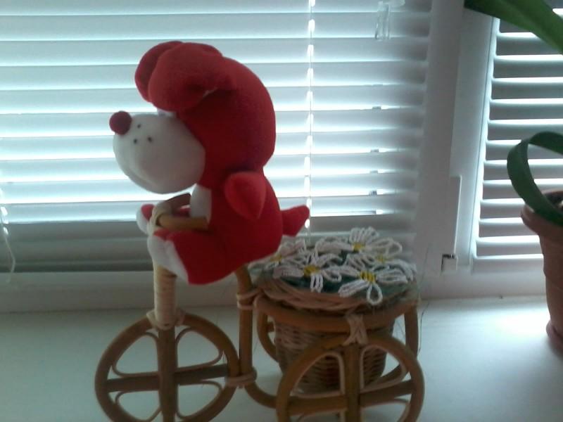 медведь велосипедист с ромашками