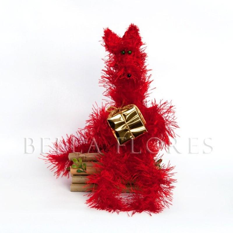 Игрушка из пряжи лис с подарком