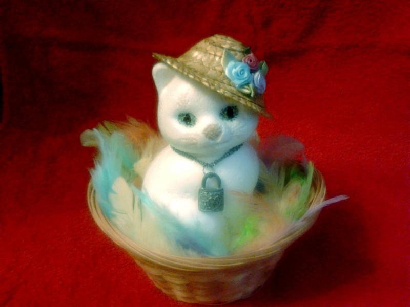 Кошка в шляпке и в корзинке.