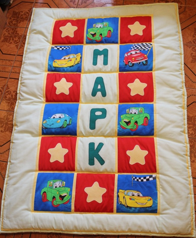 Детское лоскутное одеяло ручной работы.