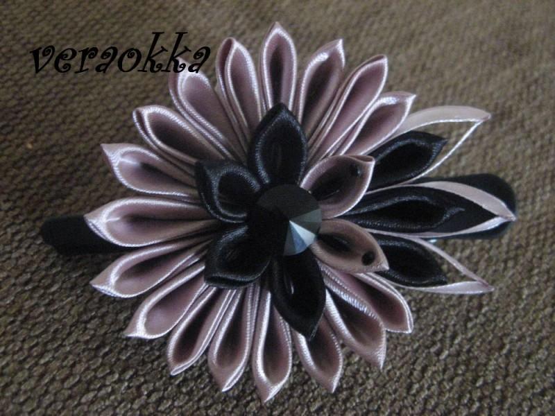 Цветок из ткани в технике канзаши.