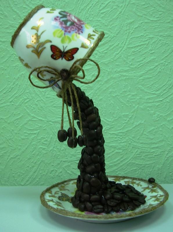 Сувениры из фарфора и кофейных зёрен.