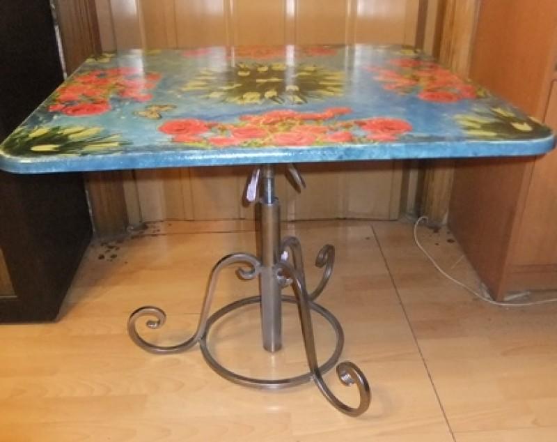 Стол с винтовым металлическим  подстольем
