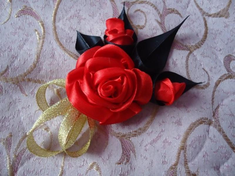 Алая роза брошь, она подойдет как и к вязаным кофтам, и трикотажным платьям, оригинальный аксессуар добавит изюминку в ваш образ.