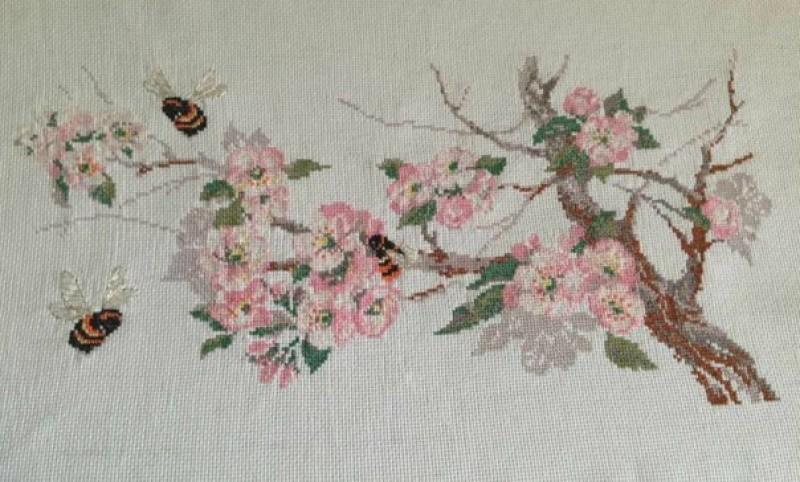 Картина вышитая крестиком Веточка сакуры