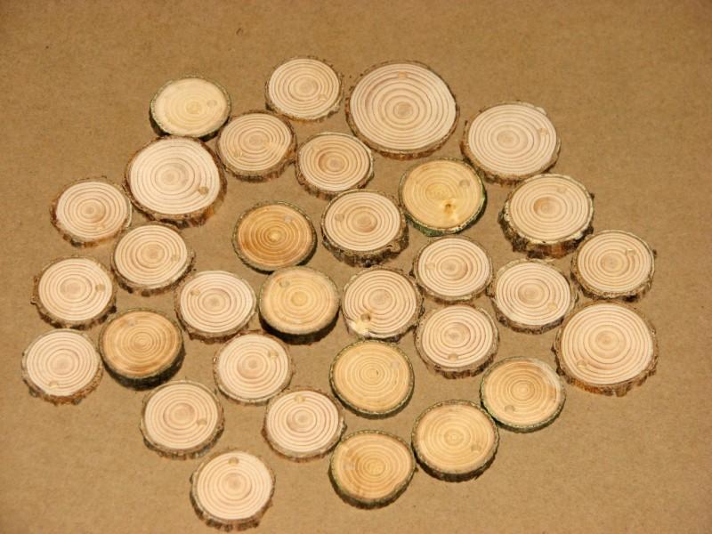 Кулончики из спилов дерева. Они отшлифованные, гладенькие, маленькие, с корой, с дырочкой.