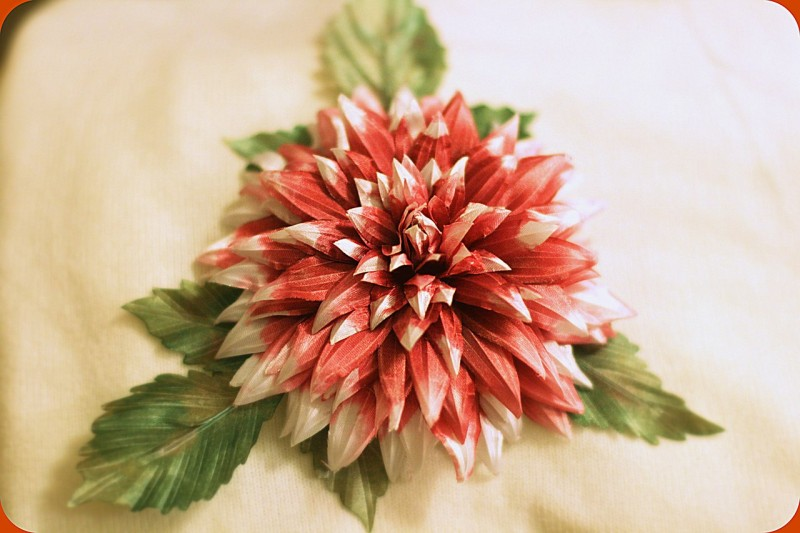 Hair jaw clip covered by chiffon fabric flower *dahlia flower motive *this product has smaller petals and more number of petals compared to other dahlia product that