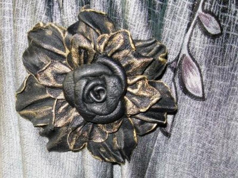 Брошь-роза из  натуральной кожи Клеопатра
