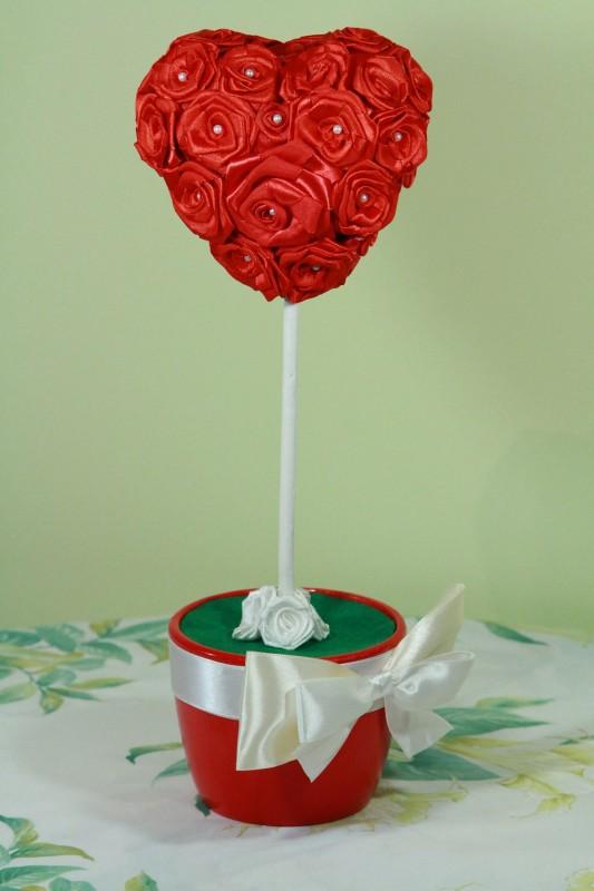Топиарий дерево-сердце из атласных роз