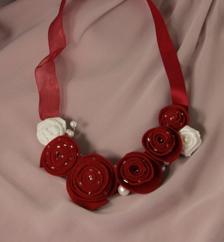 Колье текстильное с цветами Алые розы
