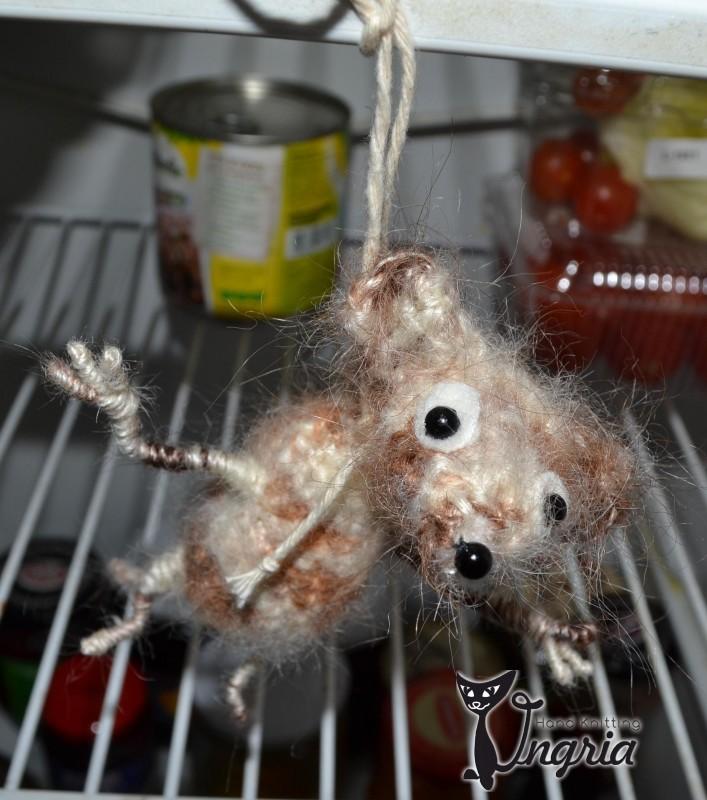 Игрушка шутка В холодильнике мышь повесилась.