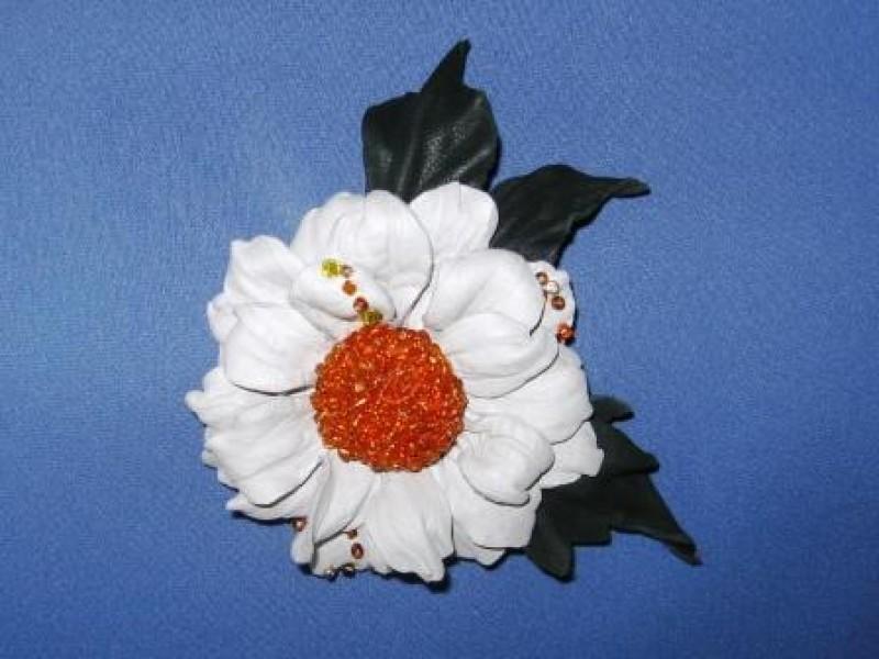 Брошь  из  натуральной  кожи Белая  хризантема