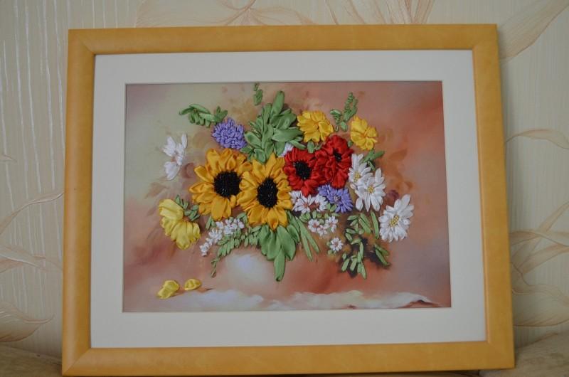 Вышивка лентами Цветы оформлена в рамку
