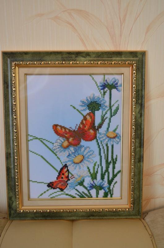Вышивка бисером Бабочки в цветах оформлена в рамку (под стеклом)