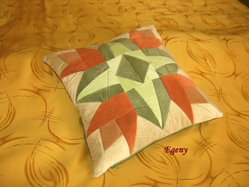 Декоративная подушка в лоскутной технике 4 тюльпана.