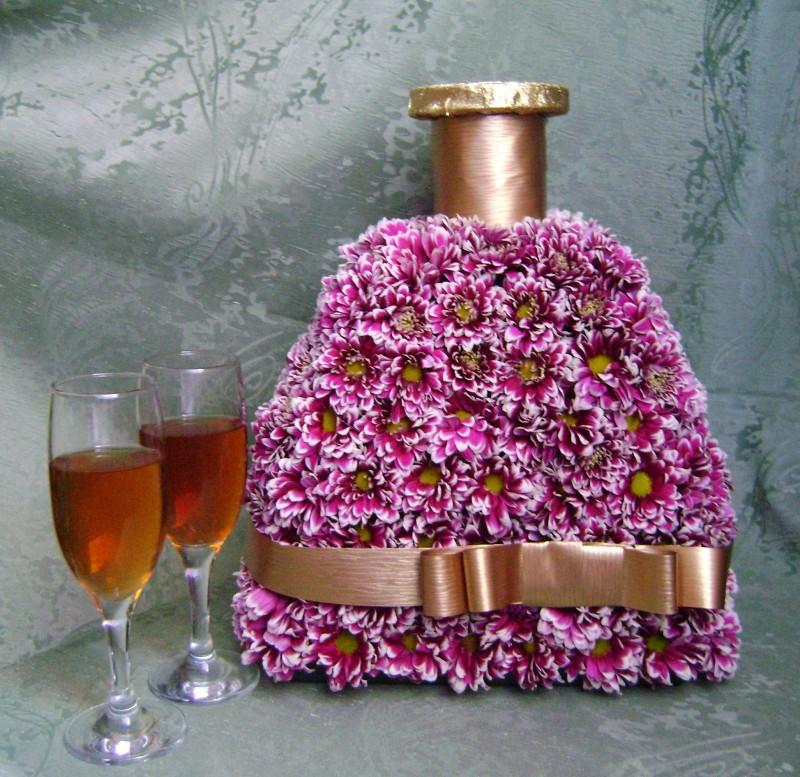 Композиция из живых цветов Бутылка коньяка