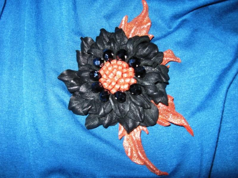 Брошь-цветок  из  натуральной  кожи  «Кармен»