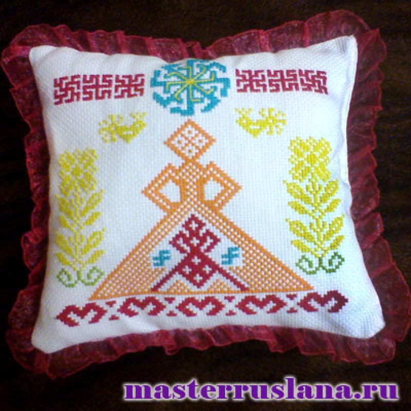 Декоративная подушечка с обережной вышивкой.