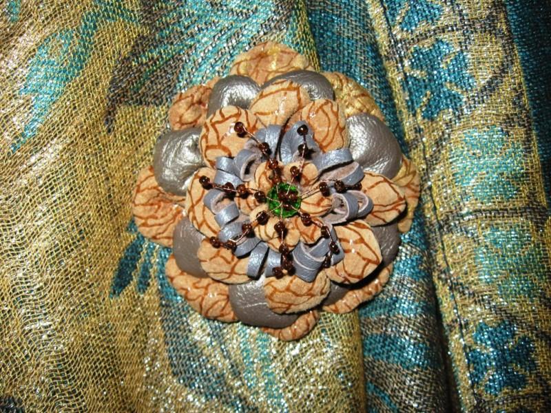 Брошь-цветок  из  натуральной  кожи  и замши Лаура