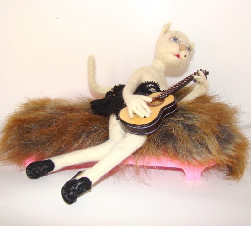 Кошка валяная из шерсти