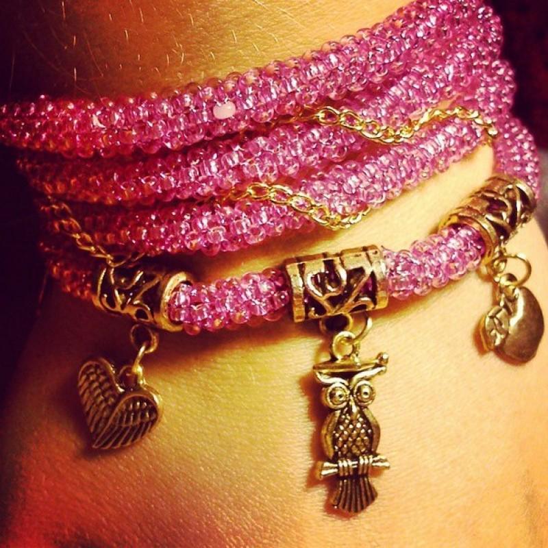 Розовый браслет-жгут с фурнитурой под золото
