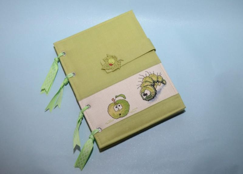 Блокнот ручной работы с вышивкой Гусеница и яблочко