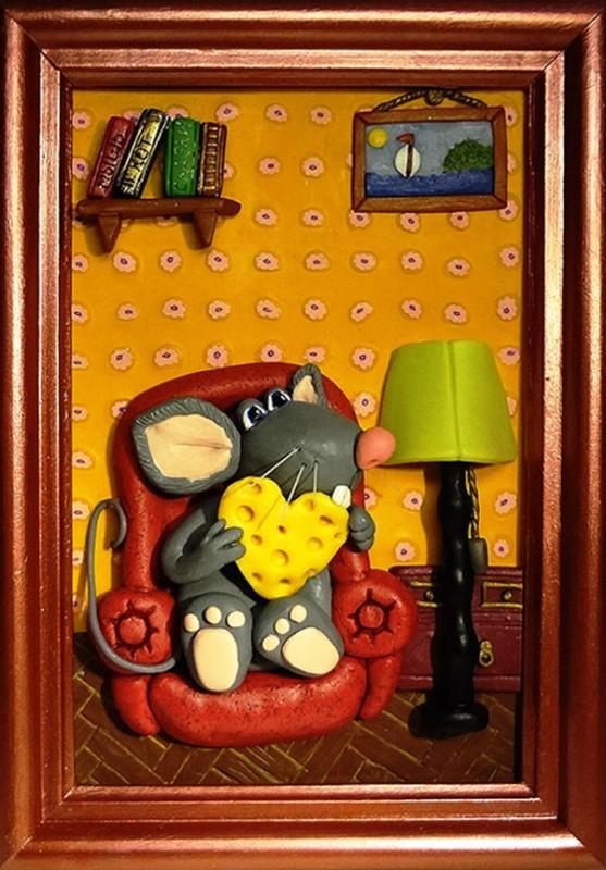 Объемная картинка с персонажем из полимерной глины. Влюбленный мышонок.