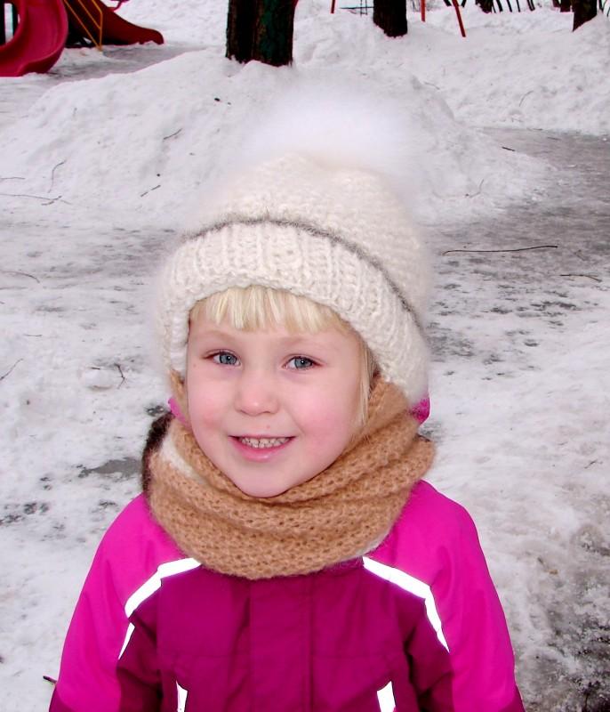 Шапка детская  зимняя «Снежинка»  вязанная из собачьего пуха  .Комплект.