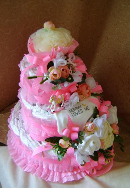 Торт из одноразовых подгузников для новорожденной.