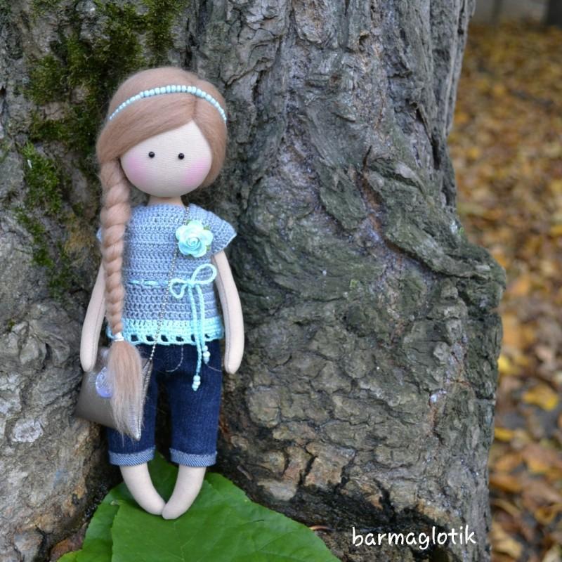 Маленькая текстильная куколка