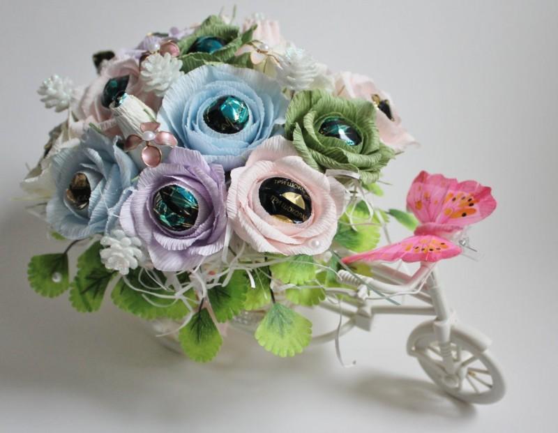 Композиция из цветов и конфет Велосипед