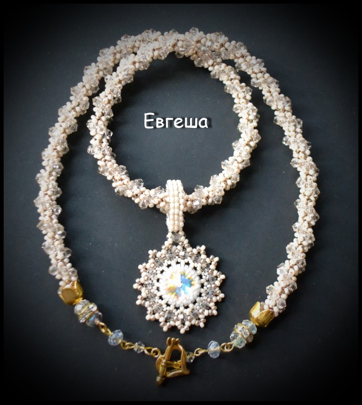 Ожерелье с кулоном из бусин Swarovski.