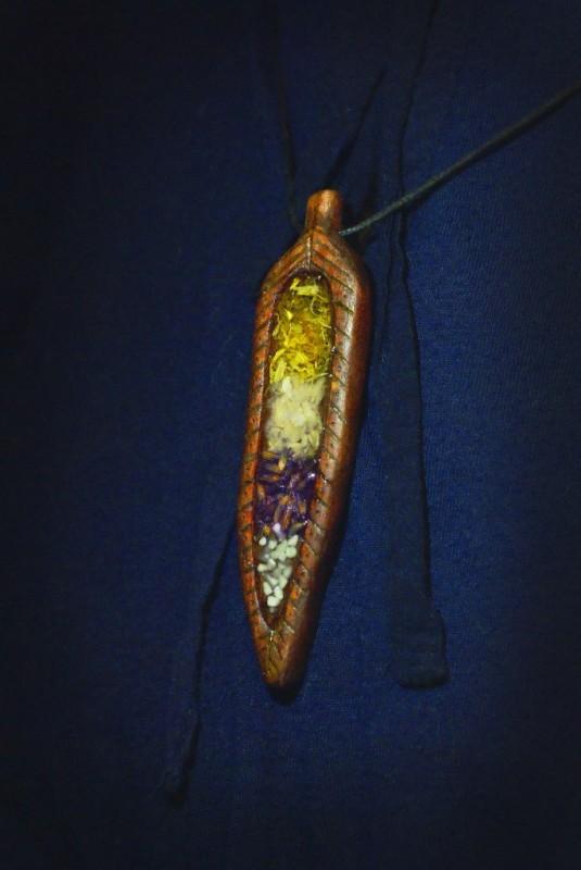 Деревянный кулон из бука с сухоцветами