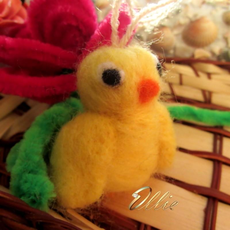 Желтый цыпленок из шерсти