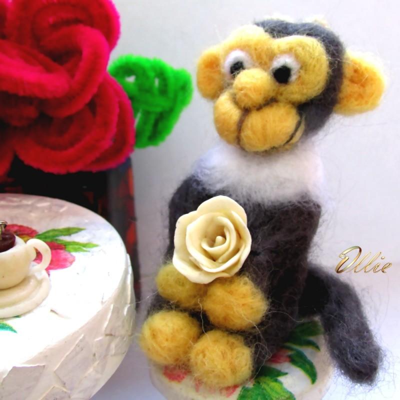 Игрушка-подвеска влюбленная обезьяна из шерсти