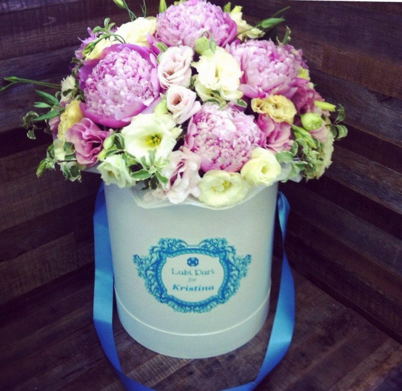 Именная шляпная коробка с цветами