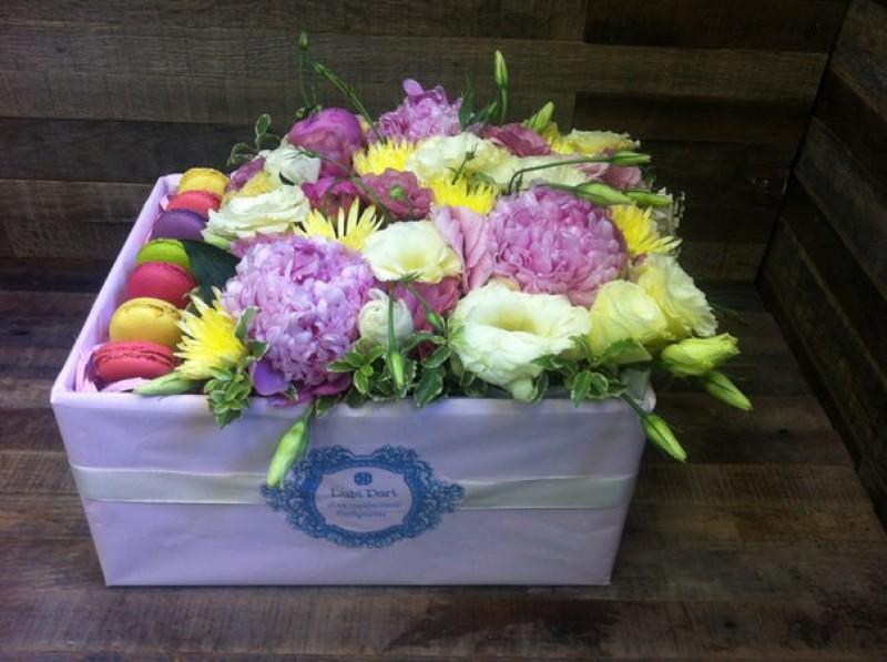 Именные коробки с цветами и пирожными макарони