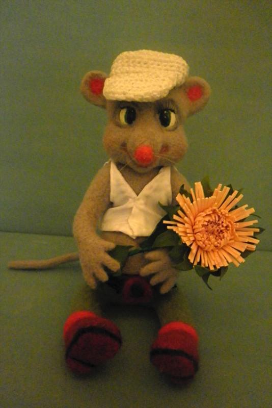 Мышка с цветком.