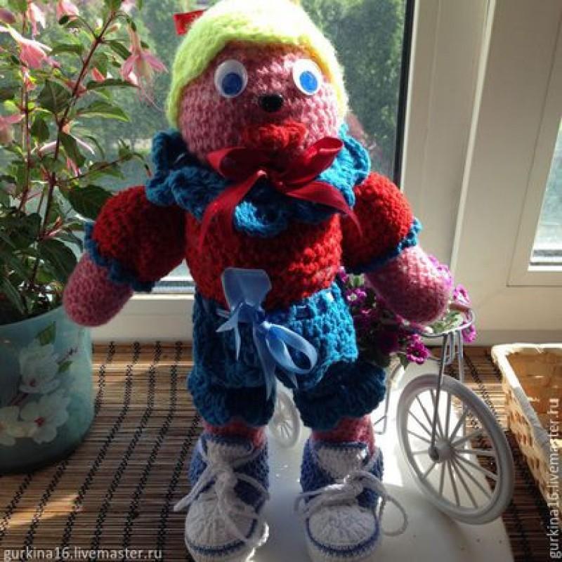 Вязаная куколка, без сомнения, станет любимой игрушкой вашего ребёнка, ведь даже взрослые девочки не прочь дружить с солнечной малюткой!