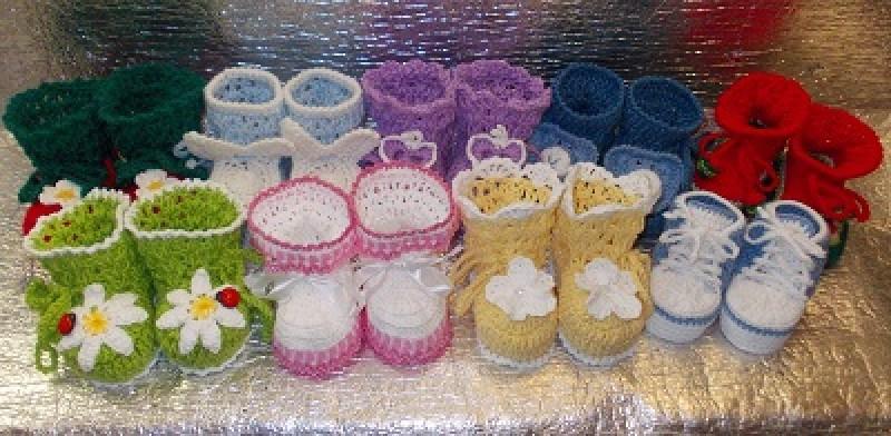 Вязаные детские пинеточки разных цветов и размеров.