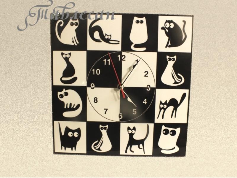Настенные часы Черная кошка - белый кот декупаж