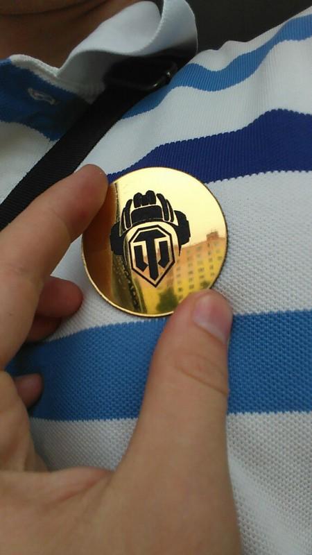 Значок из золотого пластика