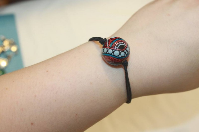 Минималистичный браслет из одной бусины Алиса в Зазеркалье